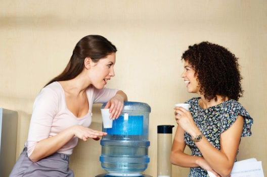 Im Büro ausreichend trinken (Bild: Cultura Motion - shutterstock.com)