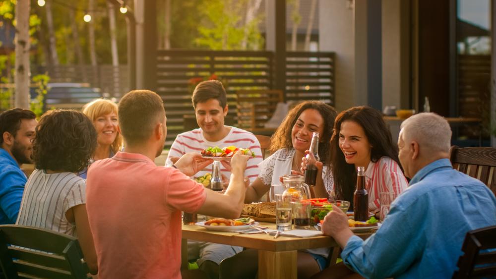 Fröhliche Gartenparty auf der Terrasse (Bild: Gorodenkoff - shutterstock.com)
