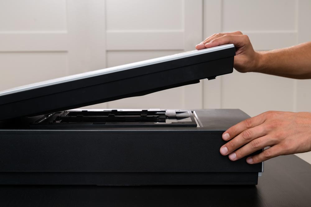 Person bedient einen Scanner