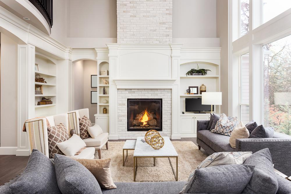 Eingerichtetes Wohnzimmer mit offenem Kamin