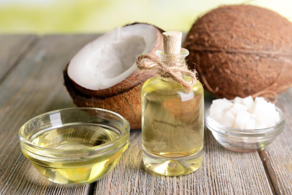 Kokosnussöl auf dem Tisch - Nahaufnahme