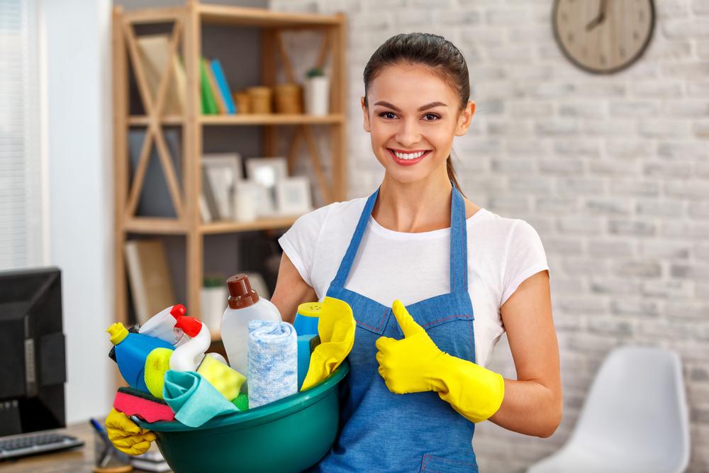 Oberflächen gründlich reinigen und desinfizieren (Bild: Friends Stock - shutterstock.com)